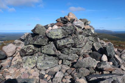 Retkeilijät vaarantavat muinaisia kivikasoja tunturien huipulla –osa peittää niitä omilla kivillään, osa purkaa niitä luullen auttavansa