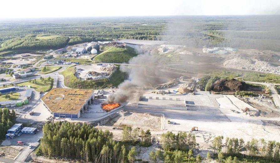 Ruskon kaatopaikan palo kuvattuna Mineraalitieltä päin.