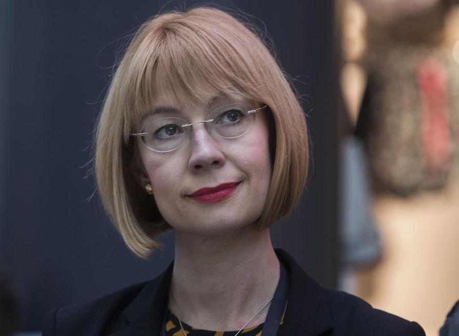 Oululainen eurooppaministeri Tytti Tuppurainen on toinen hallituksen kirjastokiertueen Oulun keskustelutilaisuudessa mukana olevista ministereistä.