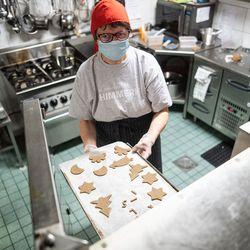 """""""Sikahan se jouluna pitää olla"""" – Tuulikki-tonttu leipoi tuttuja kuvioita ja kirjaimia"""