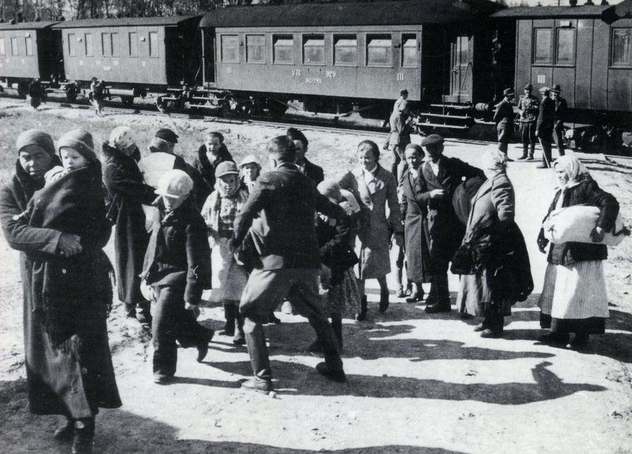 Talvisodan alkutunteina Suomen itärajalla jäi vangiksi noin 2500 siviiliä.