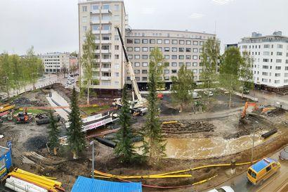 """Rankkasade mursi Snellmaninpuiston työmaapadon – """"Kaupunginojan virtaus kasvoi nopeasti, jolloin pato murtui"""""""