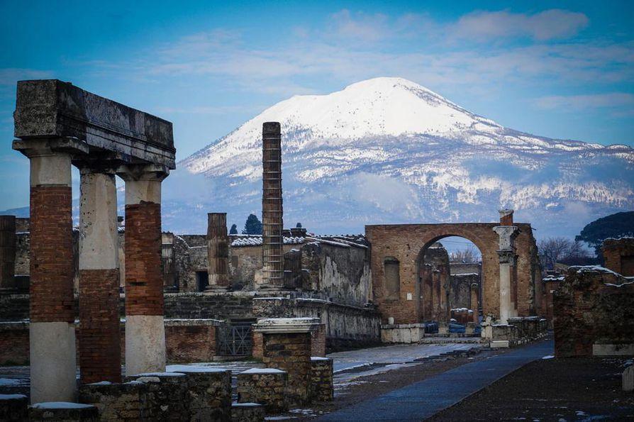 Vesuvius-tulivuori piirtää komean taustan Pompejin raunioille, sillä etäisyyttä on vain kymmenkunta kilometriä. Vuoden 79 purkaus hävitti vuoresta kokonaan sen kolmionmallisen huipun.