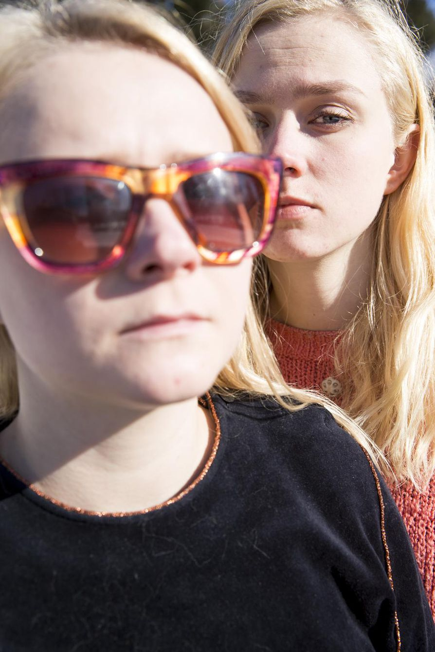 """""""Me päätettiin bändiä perustettaessa, että kitaristi esiintyy aina aurinkolasit päässä, ja että se ei puhu keikoilla mitään"""", Anna (vas.) ja Kaisa Karjalainen kertovat."""