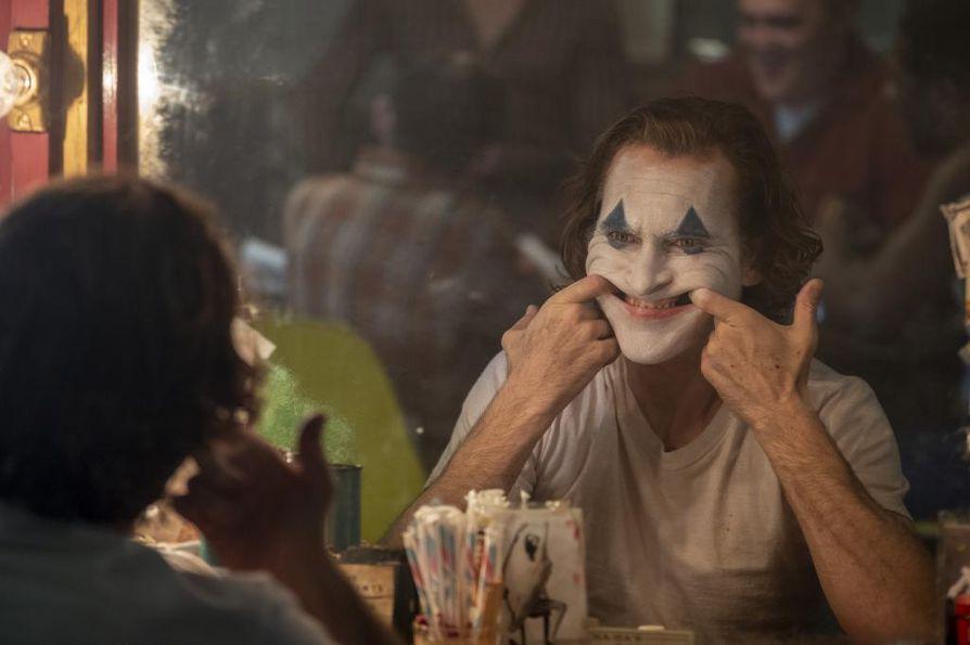 Joaquin Phoenix tekee Jokerista äärimmäisen synkän tulkinnan.