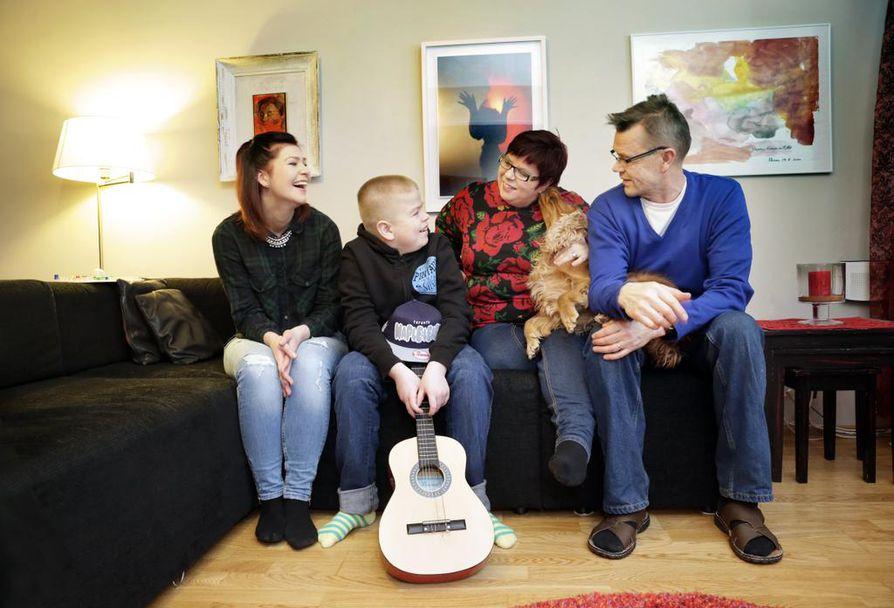 Uuno Palosaarella (toinen vasemmalta) todettiin kuusivuotiaana harvinainen agu-tauti. Perhe on sopeutunut asiaan ja pyrkii elämään mahdollisimman tavallista arkea. Helsingissä asuva sisko Annu Marin on tullut pitkästä aikaa vierailulle Uunon, Satu Kreivi-Palosaaren ja Markku Palosaaren luo Ouluun.
