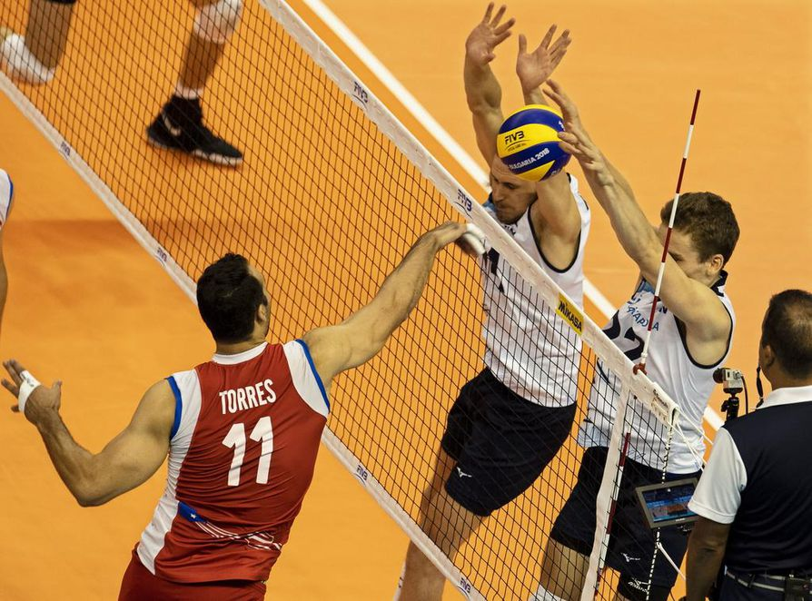 epa07025017 Maurice Torres (L) of Puerto Rico in action against Finnish players Antti Makinen (R) and Niko Suihkonen (C) during the 2018 FIVB Volleyball Men's World Championship Pool D match between Puerto Rico and Finland in Varna, Bulgaria, 16 September 2018.  EPA/VASSIL DONEV