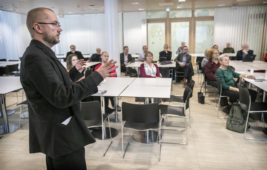 Kaavoitusarkkitehti Jere Klami hahmotti keskustelutilaisuudessa korkean rakentamisen tilannetta Oulussa.