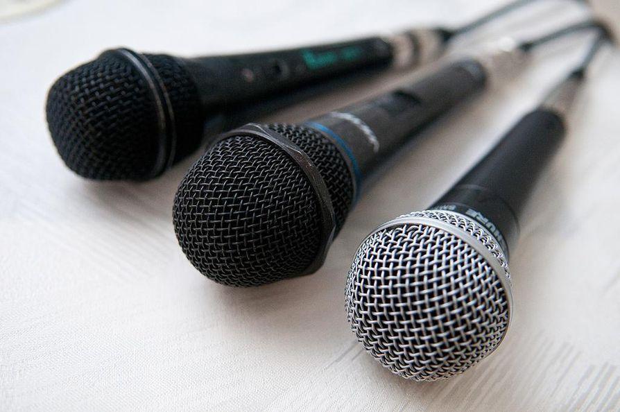 Kale! kyselee, laulakko nää karaokessa.