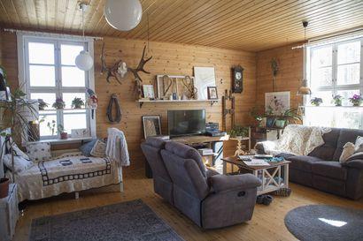 """Koti vanhassa koulussa Pyhäjoen Pirttikoskella–""""Tämä ei ole mikään minimalistinen talo"""""""
