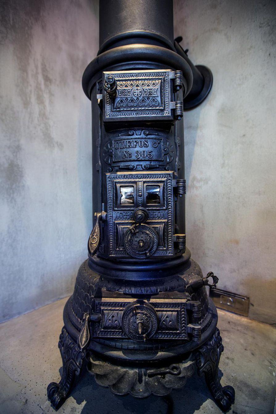 Kunnostettu vanha koristeellinen kamiina oli löytö Ruotsista.