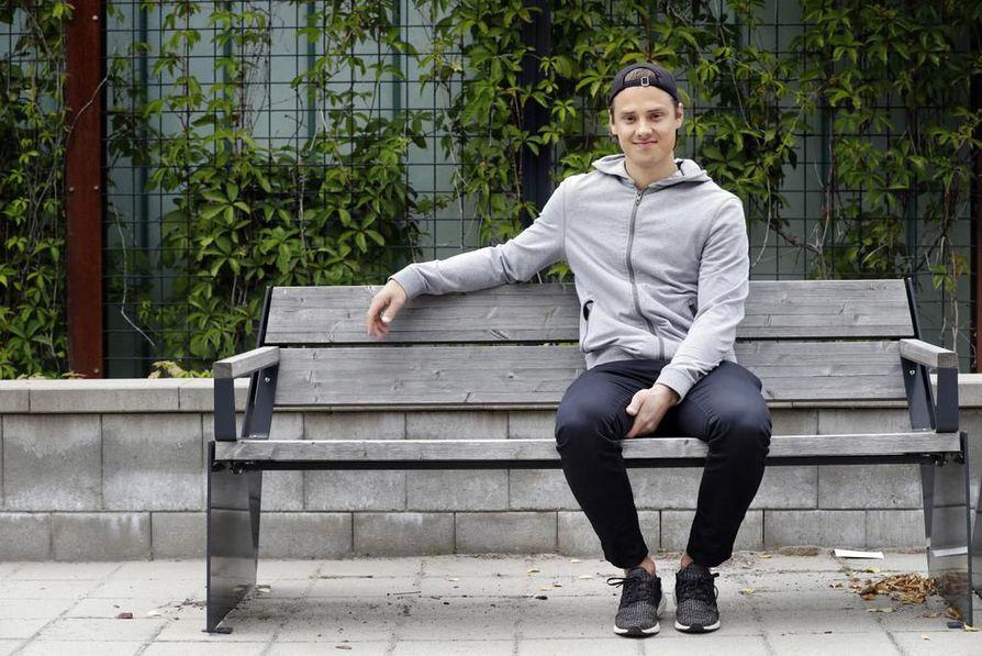 Sebastian Ahon kesäpäivät Oulussa pyörivät harjoitusten ympärillä. Nuori mies on jo NHL-tähti, mutta hän haluaa kehittyä vielä paljon paremmaksi. – Katson parempia pelaajia ja yritän imeä oppia heidän tekemisestään.