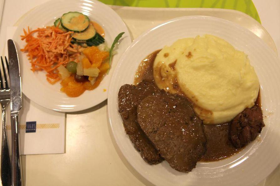 Ravintola Herkun lounaspöydässä on kotiruokia. Tiistaina lihamureke näytti maistuvan useimmille.
