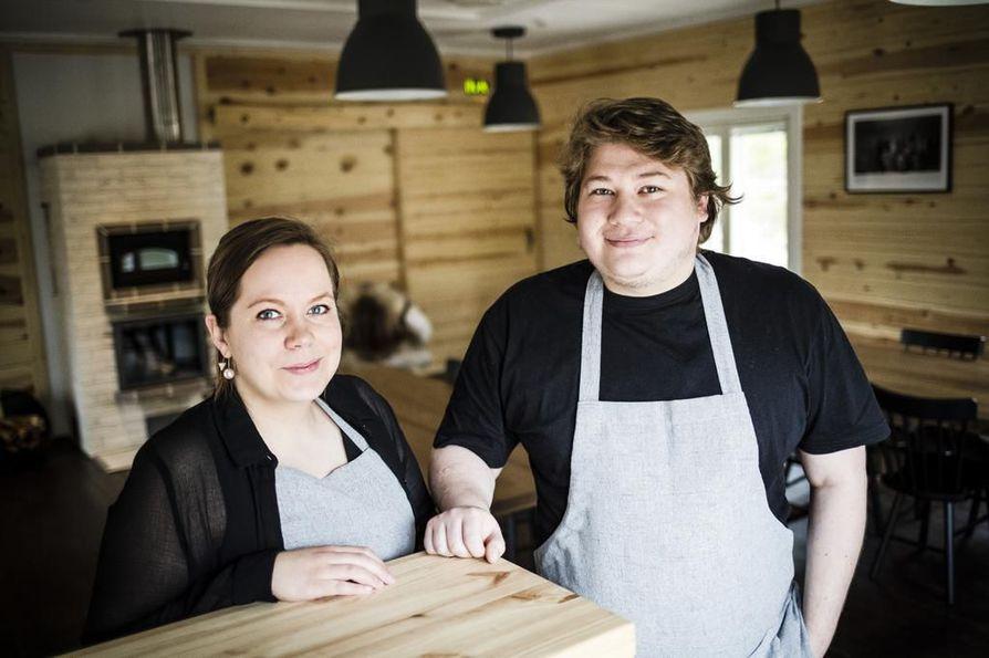 """Connor Laybourne ja Johanna Mourujärvi tapasivat aikoinaan ravintolan keittiössä, joten työskentely yhdessä on luontevaa. """"Joku on joskus ihmetellyt rajua kielenkäyttöämme keittiössä, mutta kun olemme kotona, työ unohtuu"""", Laybourne sanoo. Kovin suurta ryhmää ravintola ei pysty kerralla vastaanottamaan, sillä työntekijöitä on tasan kaksi: Laybourne ja Mourujärvi itse."""