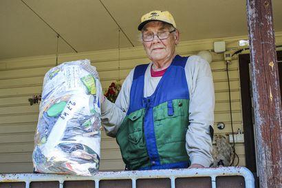 Mitään ei heitetä hukkaan - 88-vuotias Kaarle Kari kerää roskat myös ojanpientareilta ja tekee niistä keksintöjä