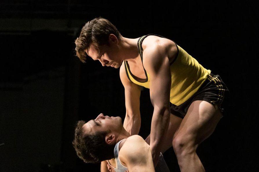 Vuoden teatteriksi on ehdolla oululainen Flow Productions, joka tuo kaupunkiin myös nykysirkuksen kansainvälisiä huippuja. Kuva on Valvesalissa vielä tänään ja huomenna nähtävästä teoksesta Gregarious, jossa esiintyvät akrobaatit Nilas Kronlid (Ruotsi) ja Manel Rosés (Espanja).Valvesalissa vielä tänään ja huomenna nähtävästä teoksesta Gregarious, jossa esiintyvät akrobaatit Nilas Kronlid (Ruotsi) ja Manel Rosés (Espanja).