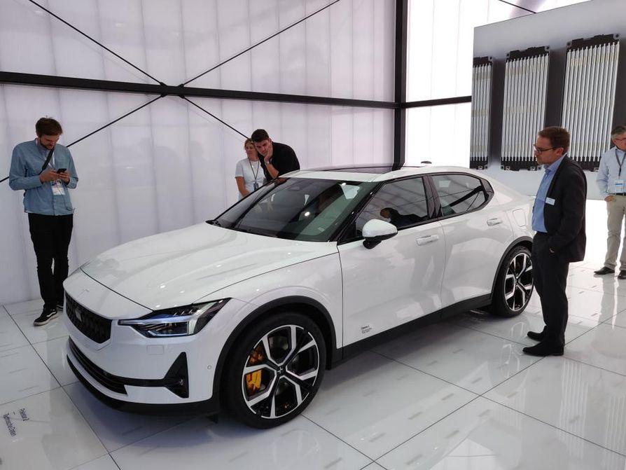 Polestar 2 on Volvon sähköautoihin keskittyvän alamerkin ensimmäinen valmis tuote. Sukulaisuus Volvoihin näkyy, vaikka omaakin ilmettä on.