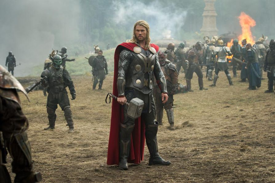 Chris Hemsworth on Thor, joka joutuu The Dark Word -elokuvassa taistelemaan, kun mustien haltioiden johtaja haluaa syöstä maailmankaikkeuden pimeyteen.