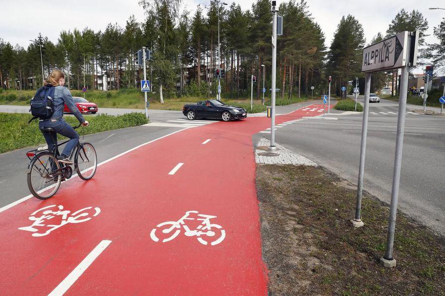 Oulun hiilineutraaliustavoitteen saavuttamiseksi liikenneverkoa olisi kehitettävä kevyt liikenne etusijalla.