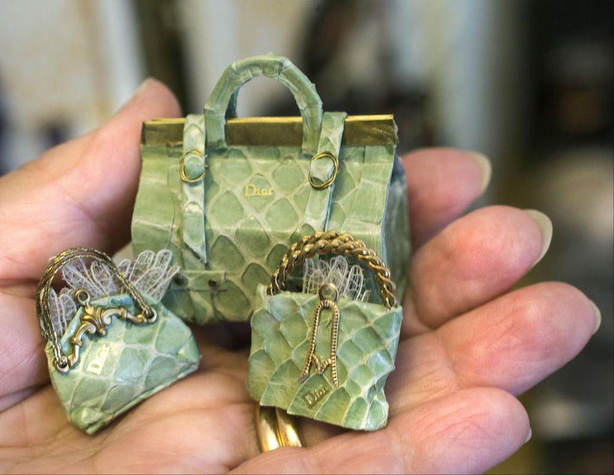 Kantaako käsilaukkua rouva vai neiti? Vaikka osa naisista saattaa kokea neidittelyn ja rouvittelun imartelevaksi, tittelit voidaan kokea myös loukkaukseksi