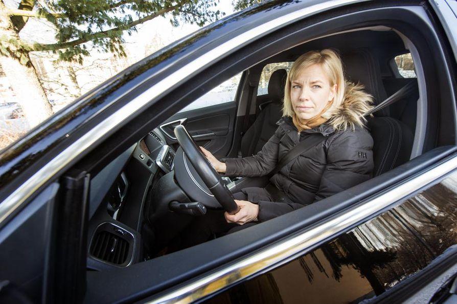 Ida Maasalo kannustaa kaikkia autoilijoita haastamaan vanhat ajattelumallit. Skarpattavaa on molemmilla sukupuolilla.