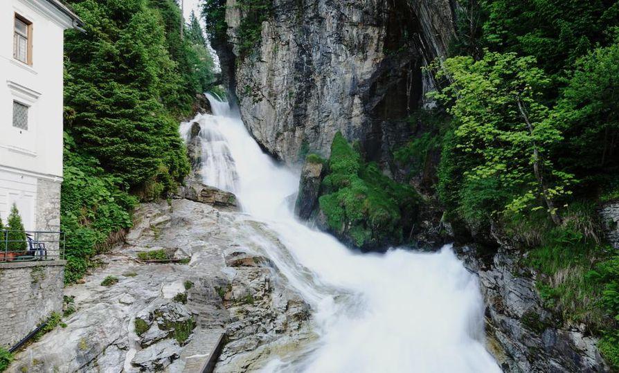 Vesiputous laski läpi Bad Gasteinin kylän.