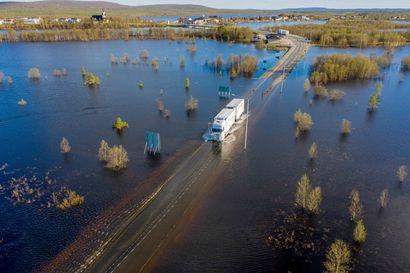 Tulva katkaisi liikenteen Karesuvannosta Ruotsiin – tie on suljettu kaikelta liikenteeltä