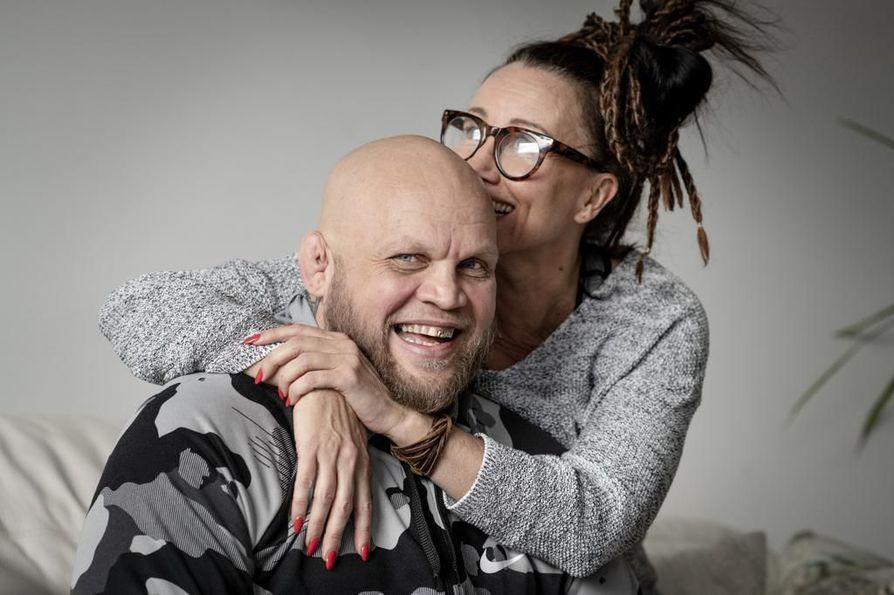 """Kun Jonna Ilmén tapasi tulevan puolisonsa Mika """"Immu"""" Ilménin salilla vuosituhannen vaihteessa, hänen ystävänsä haukkui miestä animaaliksi tämän vapaaottelussa vaurioituneiden korvien takia."""