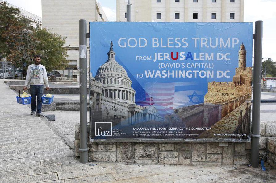 Jerusalemin keskustaan on pystytetty presidentti Donald Trumpia kiittävä banneri. Suomalaispoliitikot uskovat, että Trumpin päätöksestä voi koitua levottomuuksia palastiinalaisten keskuudessa.