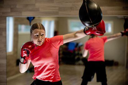 Eva Wahlströmin treenivideot saivat kiinnostumaan nyrkkeilystä – katso videolta miten Anna Kivilompolo lyö säkkiä