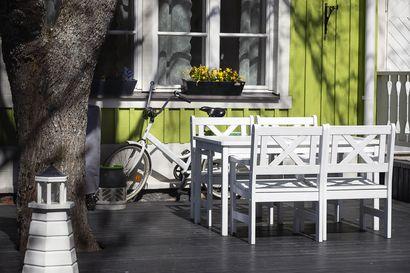 Kalusta piha kivaksi – Sisustussuunnittelija neuvoo, miten värikkäillä astioilla ja vanhoillakin kalusteilla saa piristystä terassille