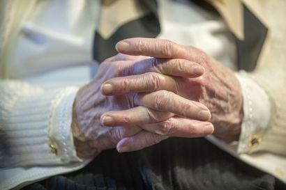 Kuka vastaa iäkkään äitimme sote-seikkailusta? – Vuodeosastolla ei edes tiedetty, mihin taksi oli omaisemme vienyt