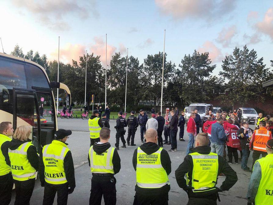 Jääkiekkofanit aiheuttivat häiriötä lauantaina Sportin ja Kärppien välisessä ottelussa.