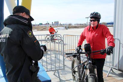 """""""Tämähän on kuin ennen vanhaan Venäjällä"""", tuumasi uusista rajamuodollisuuksista tuohtunut torniolainen – Länsirajan liikenne kasvoi viikonloppuna, mutta edelleen rajalla on melko hiljaista"""