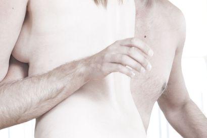 Riisuttuna-esitystä vastaan osoitettiin mieltä kaupunginteatterilla - alaston näytös tänään