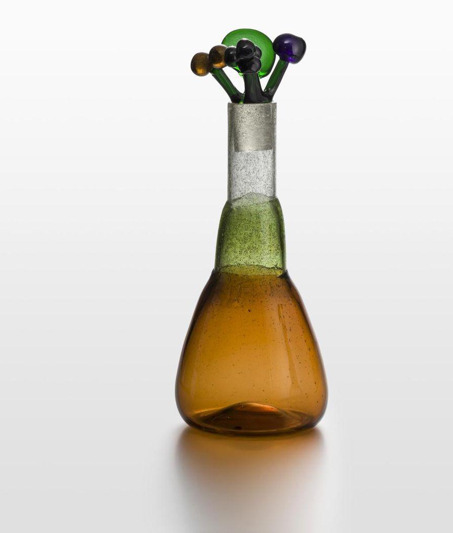Pullo vapaasti puhallettua lasia.