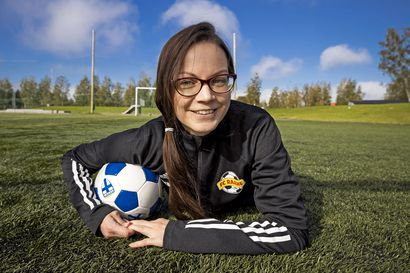 """FC Raahen harrastevastaava Katri Liimataisen koirakin pelaa jalkapalloa – """"Se käyttää pehmolelua pissalla, taluttaa itsensä lenkiltä kotiin ja tulee halaamaan"""""""