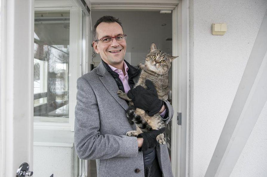 Korona-arki tarkoittaa suurimmalle osalle sitä, että täytyy olla vain kotosalla. Myös Jorma Mäkitalon työpäivät sujuvat etätöissä. Välillä pitää ulkoilla Ringo-kissan kanssa.