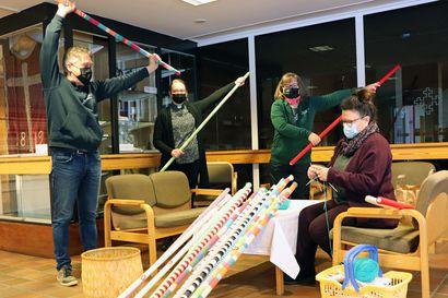 """Pudasjärven seurakunnassa innostetaan mukaan Yhteisvastuukeräykseen lempeästi keppiä käyttäen – """"Me aivan hullaannuimme tästä jumppakeppihommasta!"""""""