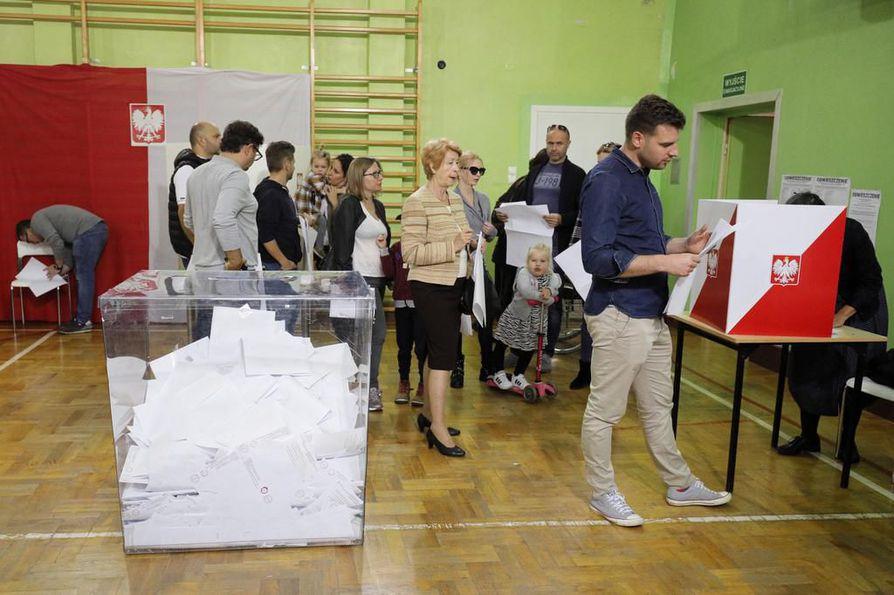 Puolan Varsovassa äänestettiin sunnuntaina. Oppositiolla on enemmän kannattajia kaupungeissa, mutta Laki ja oikeus -puolueen ennakoitiin lujittavan enemmistöasemaansa.