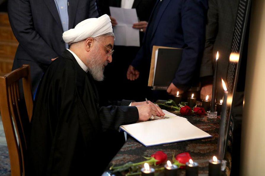 Iranin presidentti Hassan Rouhani jättää nimensä ukrainalaiskonen alasampumisen uhrien muistokirjaan. Rouhani on sanonut, että alasampuminen on anteeksiantamaton virhe, josta vastuussa olevia rangaistaan.