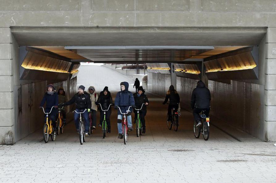 Joukko venäläisiä kunnallis- ja pyöräilyalan ihmisiä tutustuu tällä viikolla talvipyöräilyyn Oulussa. Tiistaina vieraat ajelivat muun muassa Madetojan raitin alikulussa oppaana toimivan Pekka Tahkolan johdolla.
