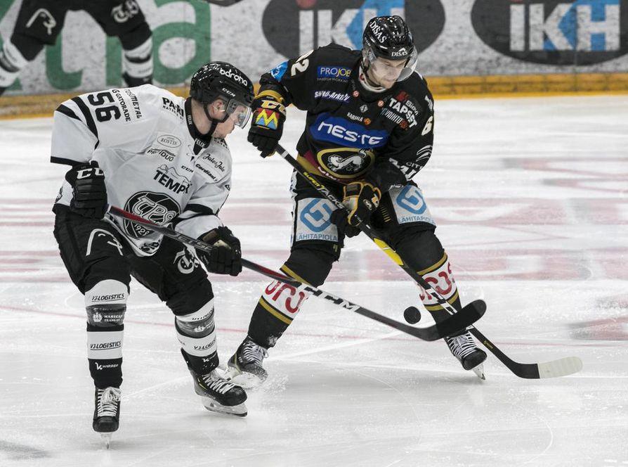 Kärpät purki sopimuksen Jasse Ikosen kanssa.  Kuvassa myös TPS:n Hannu Kuru. Kuva Kärpät-TPS-ottelusta viime marraskuulta.