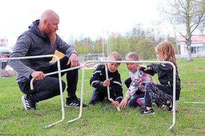 Miten innostaa lasta liikunnan pariin? Yleisurheilulajeja voi harrastaa myös omalla pihalla – lue jutusta vinkit itse tehtyjen välineiden valmistukseen