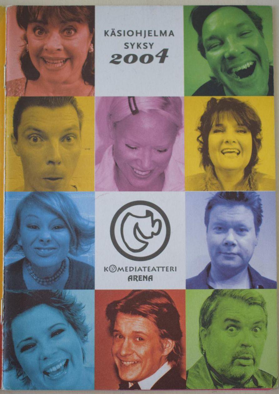 Teemu Nyberg (vasemmalla toinen ylhäältä) oli Komediateatteri Areenan näytöksissä kovassa seurassa, sillä muun muassa Santeri Kinnunen, Titta Jokinen, Kristiina Halkola ja Juha Veijonen komeilevat samassa vanhassa esitteessä.