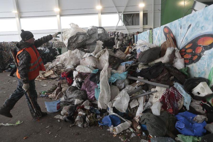 Moskovan alueella viime joulukuussa aloittanut EcoLine Voskresensk on esimerkki jätteenkäsittelylaitoksesta, jossa sekajätettä lajitellaan pitkälti käsin. Suomalaisasiantuntijoiden mukaan suunta pitäisi saada jälkilajittelusta kohti erilliskeräystä.