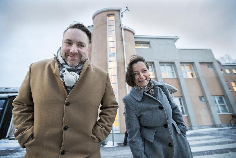 Samu Forsblom on sekä Oulun kaupungin kulttuurijohtaja että Oulun kulttuuripääkaupunki 2026 -hankkeen työntekijä. Oulu2026:n hankejohtaja Piia Rantala-Korhonen on vastuussa siitä, että kulttuuripääkaupunkihanke etenee suunnitelmien mukaan.