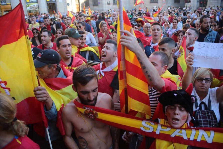 Mielenosoittajia kokoontui sunnuntaina Katalonian presidentin palatsin edustalle.