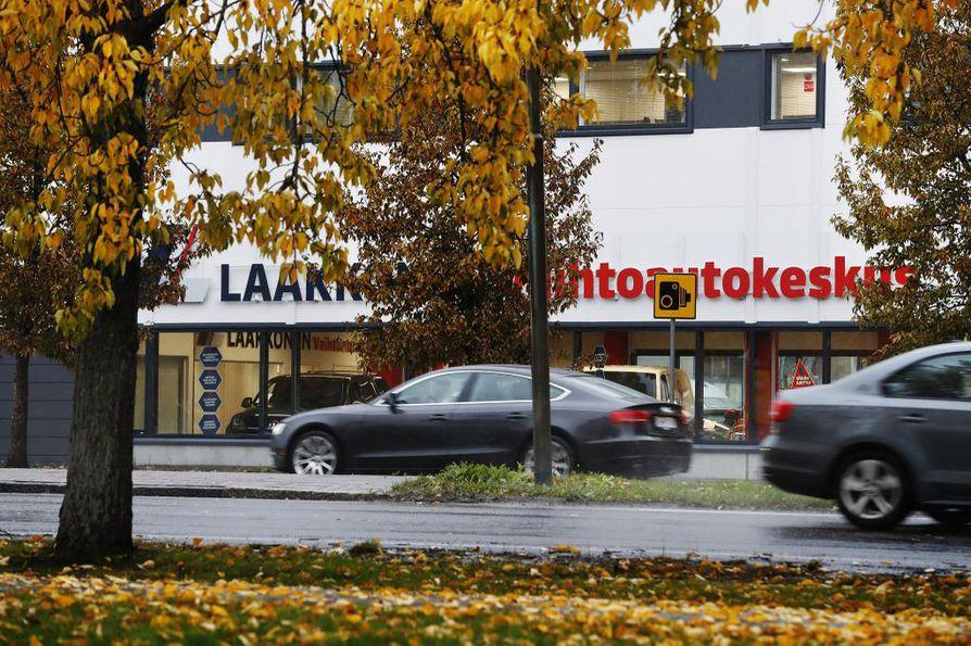 Oulussa Laakkosella on vaihtoautokeskus, joka työllistää vakituisesti kuusi henkilöä sekä tarvittaessa töihin tulevia henkilöitä.  Myös Oulun toiminnot ovat yt-menettelyn piirissä. Arkistokuva.