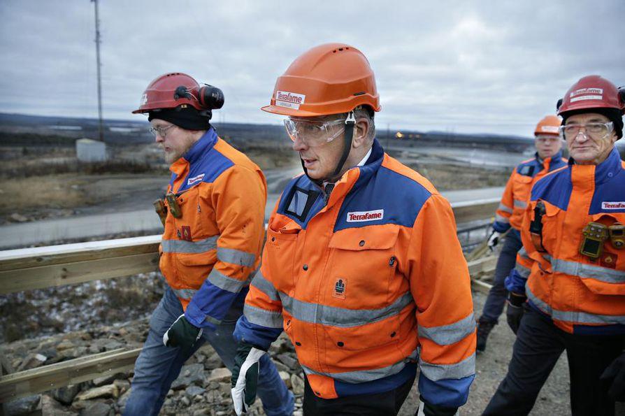 Presidentti Sauli Niinistö (kuvassa keskellä) vieraili Terrafamen kaivoksella.